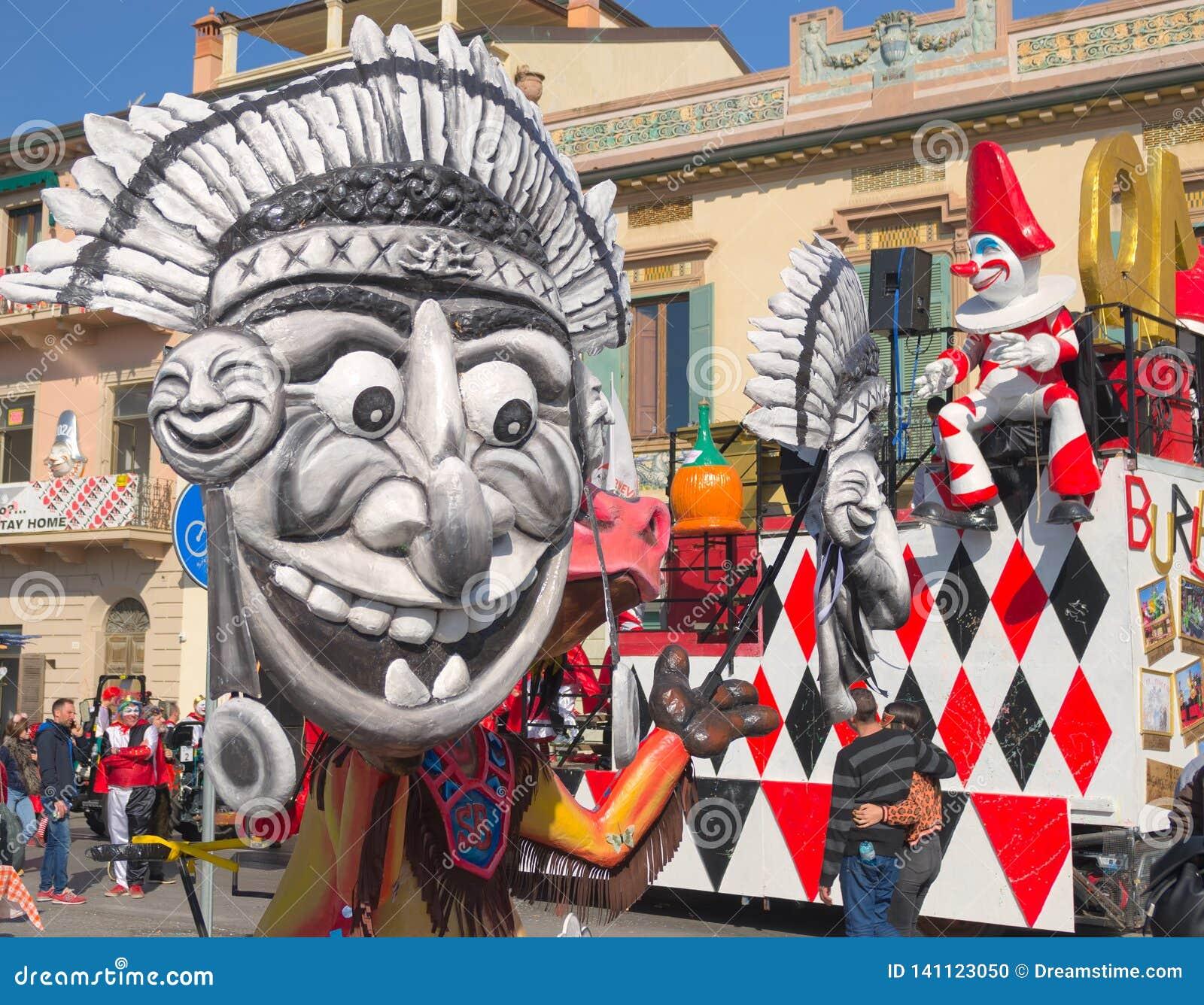 Fra le maschere c è - la maschera tipica del burlamacco- di Viareggio Carnevale 2019 di Viareggio, Toscana, Italy-1