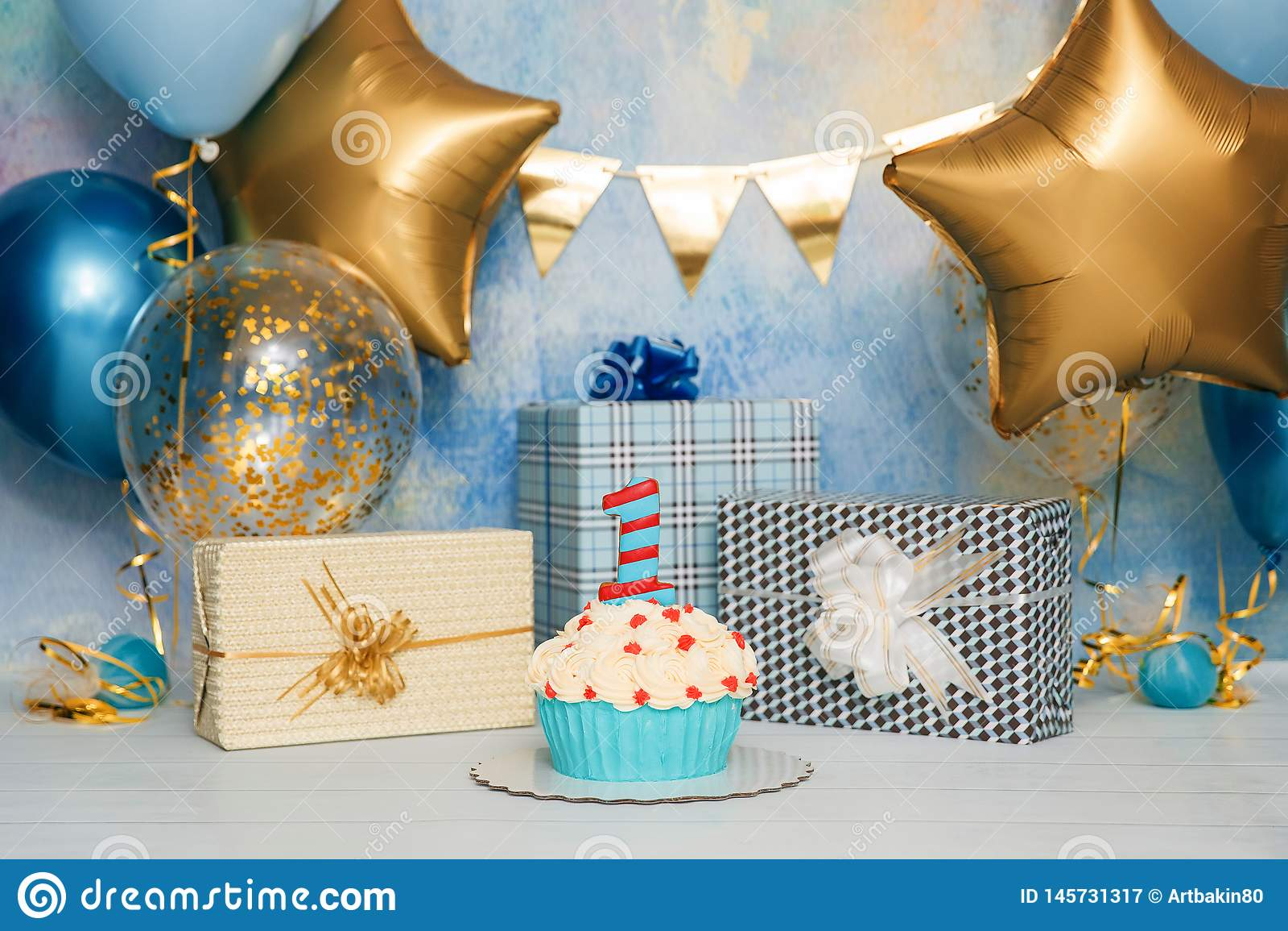 Fracas de gâteau d anniversaire avec le nombre D abord b?b? de g?teau Le décor de l anniversaire Fracas de g?teau d anniversaire