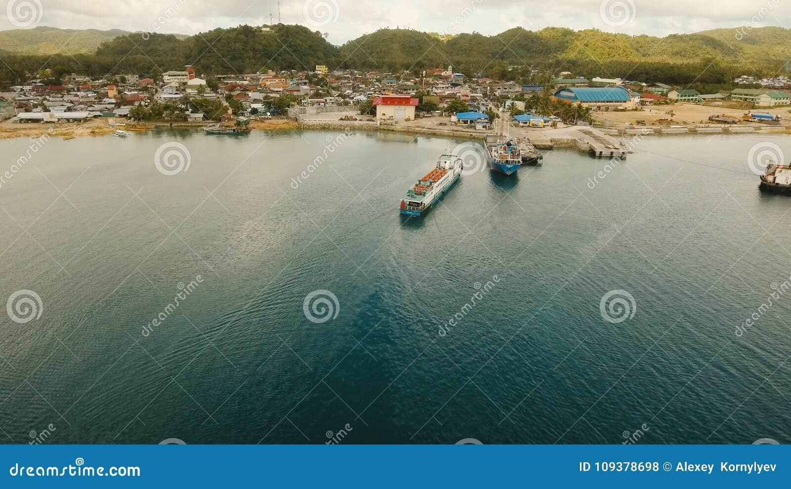 Fracht und Passagier fahren Hafen in der Dapa-Stadtvogelperspektive durch Siargao-Insel, Philippinen