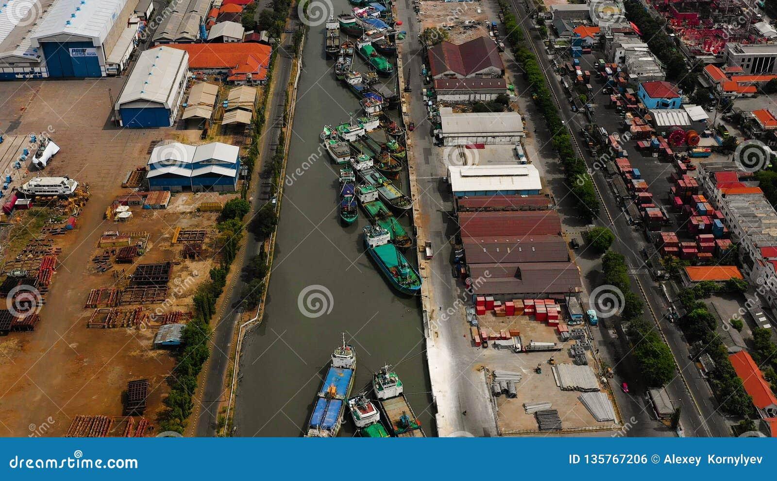 Fracht- und Passagierseehafen in Surabaya, Java, Indonesien
