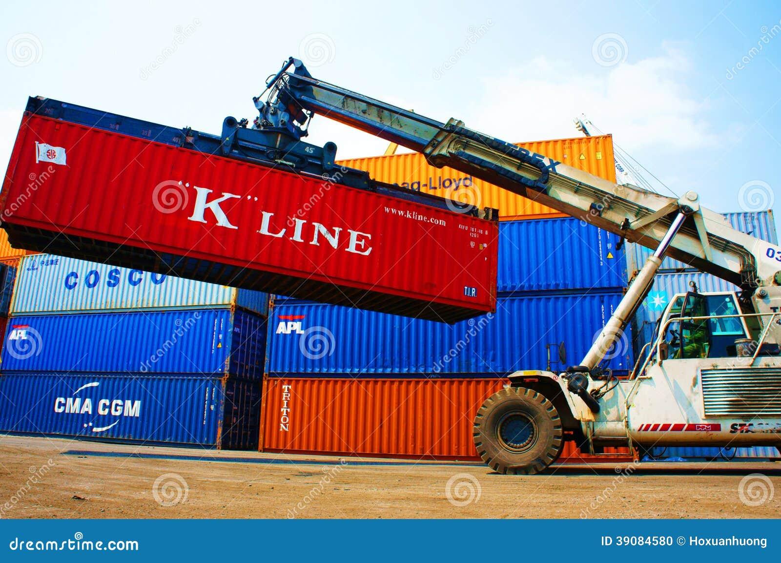 Frachtbehälter an Vietnam-Güterbahnhof