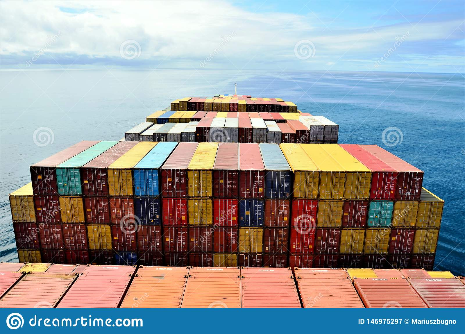 Frachtcontainerschiffsegeln durch den ruhigen Ozean
