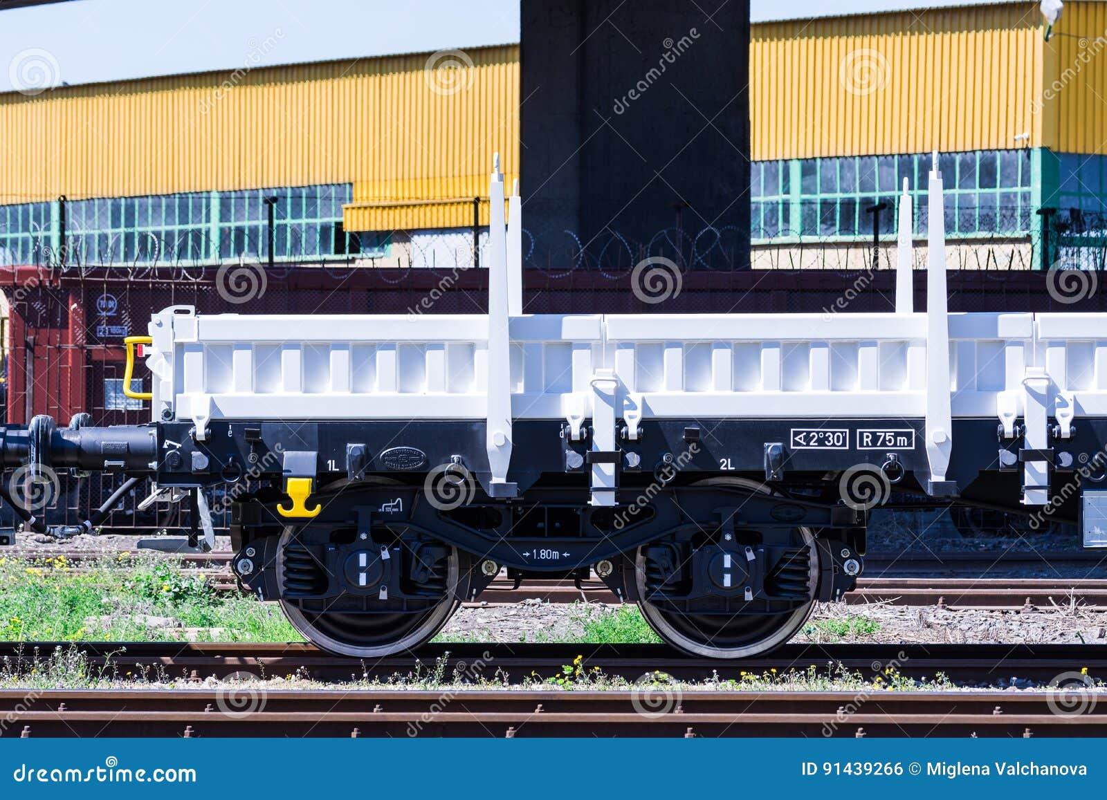 Frachtowy ładunku pociąg Toczy - 4axled płaskiego furgonu białego typ: Burgas Bułgaria, Marzec - 20, 2017 -Rens model: 192, b - T