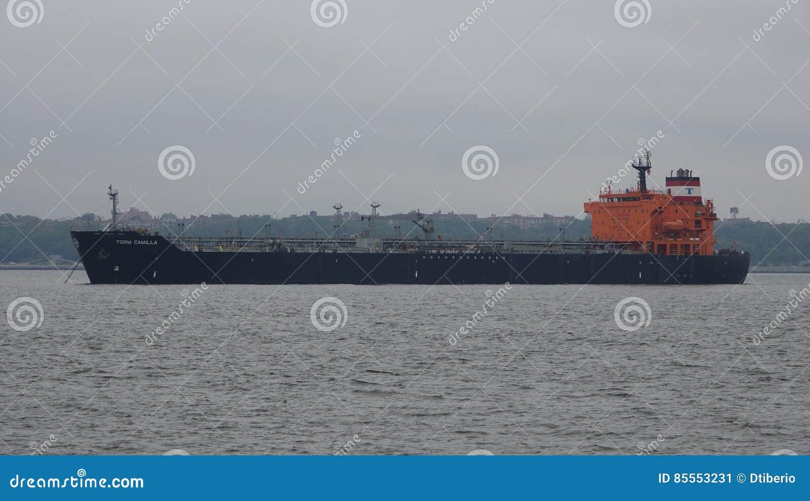 Frachtschiff am dunstigen Tag