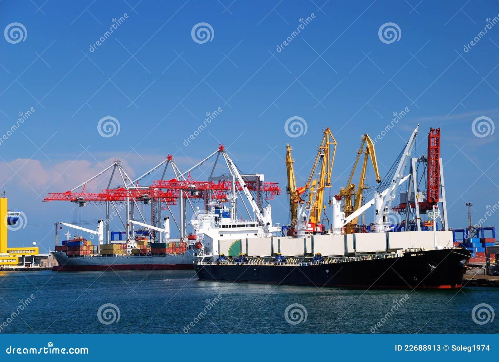 Frachtschiff im Kanal