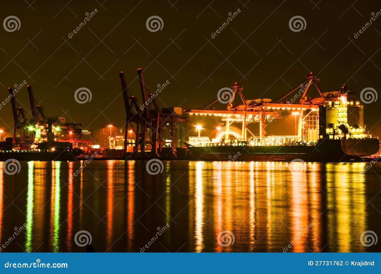 Frachtschiffe an der Dämmerung