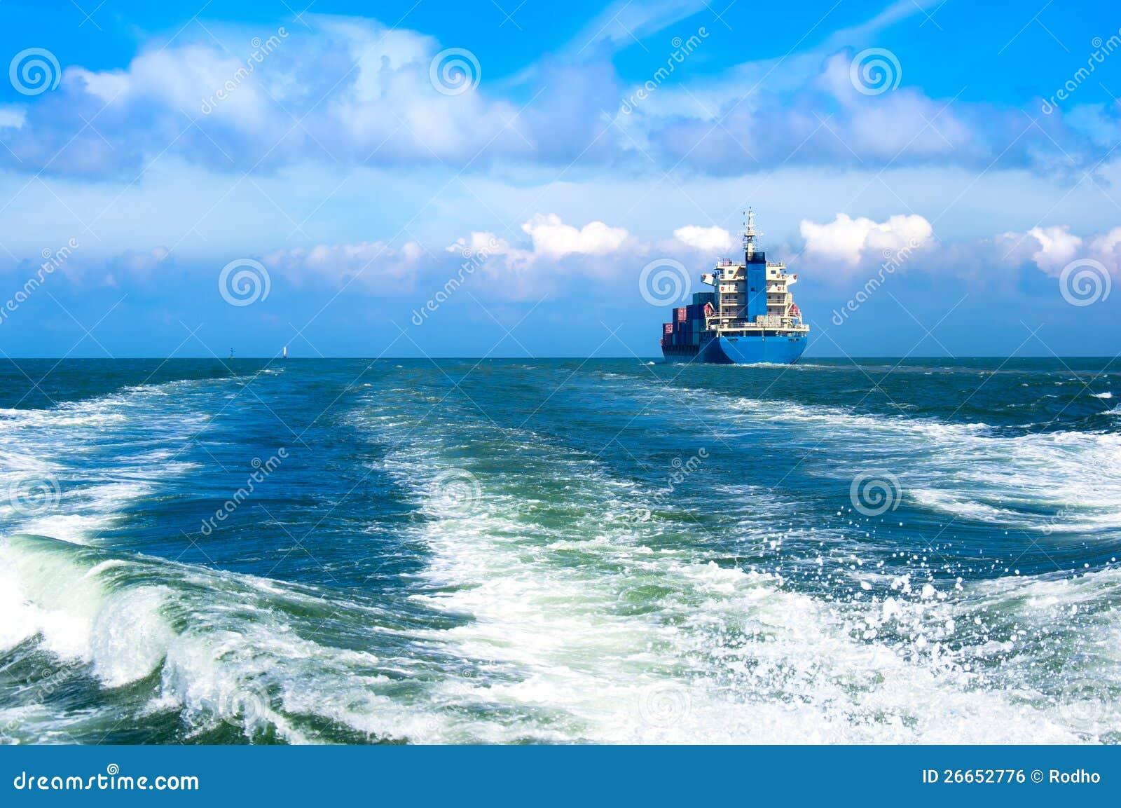 Frachtschiffsegeln innen zum Meer