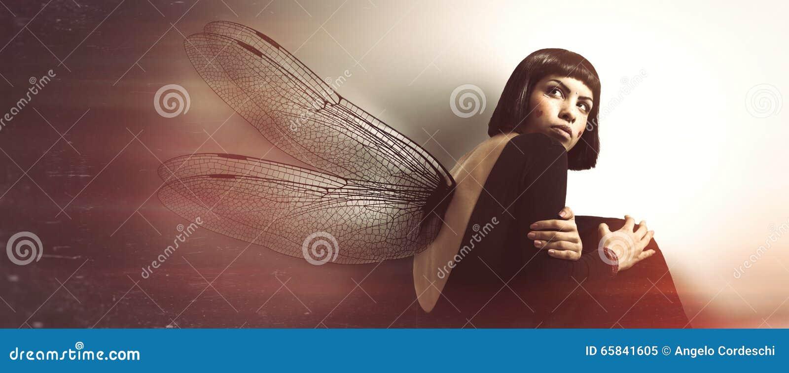 Fragilidad delicada, femenina Mujer joven con las alas
