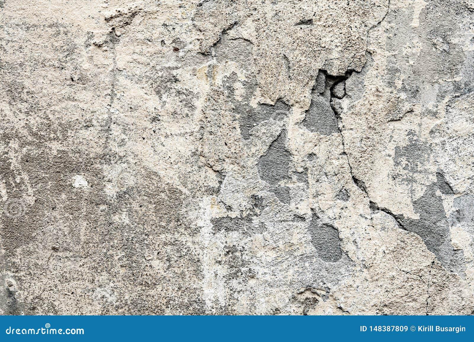 Fragment av den gamla v?ggen med att f?rfalla och stupat av murbruk