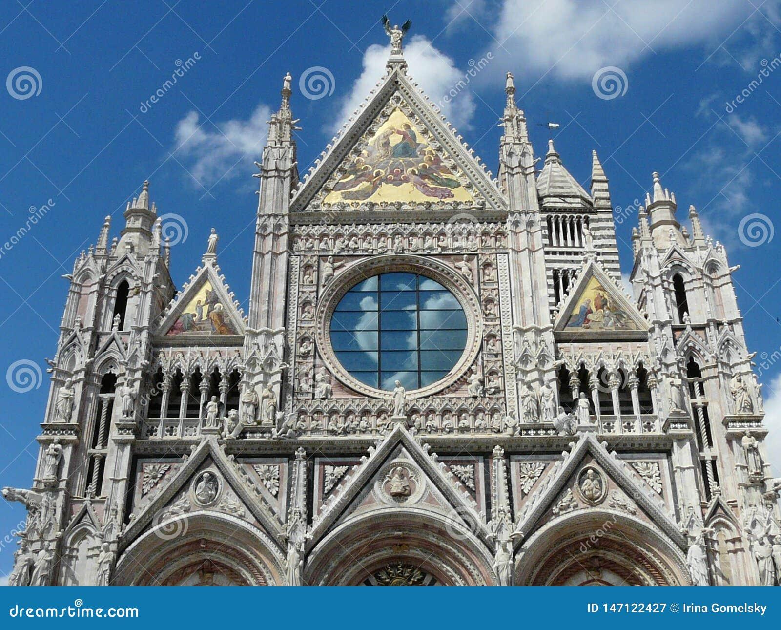 Fragment av den openwork fasaden av Siena Cathedral, Italien