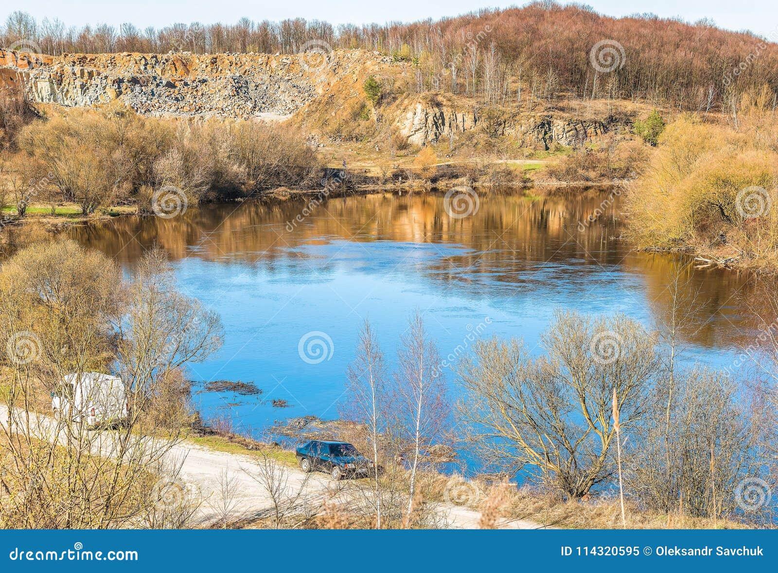 Fragment av den Sluch floden nära staden av Novograd-Volynsky, Ukraina