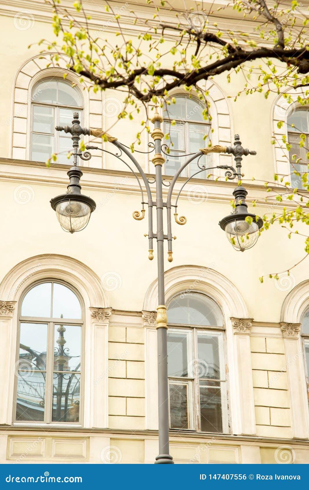 Fragment av gatalampor på bakgrunden av ett historiskt hus på den Konyushennaya gatan i St Petersburg