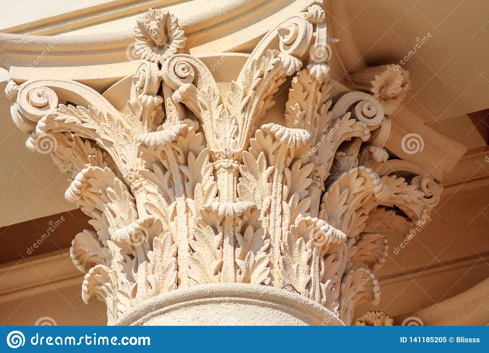 Fragment corinthien italique de capital de colonne de couleur crème Décor architectural antique de bâtiment d ordre