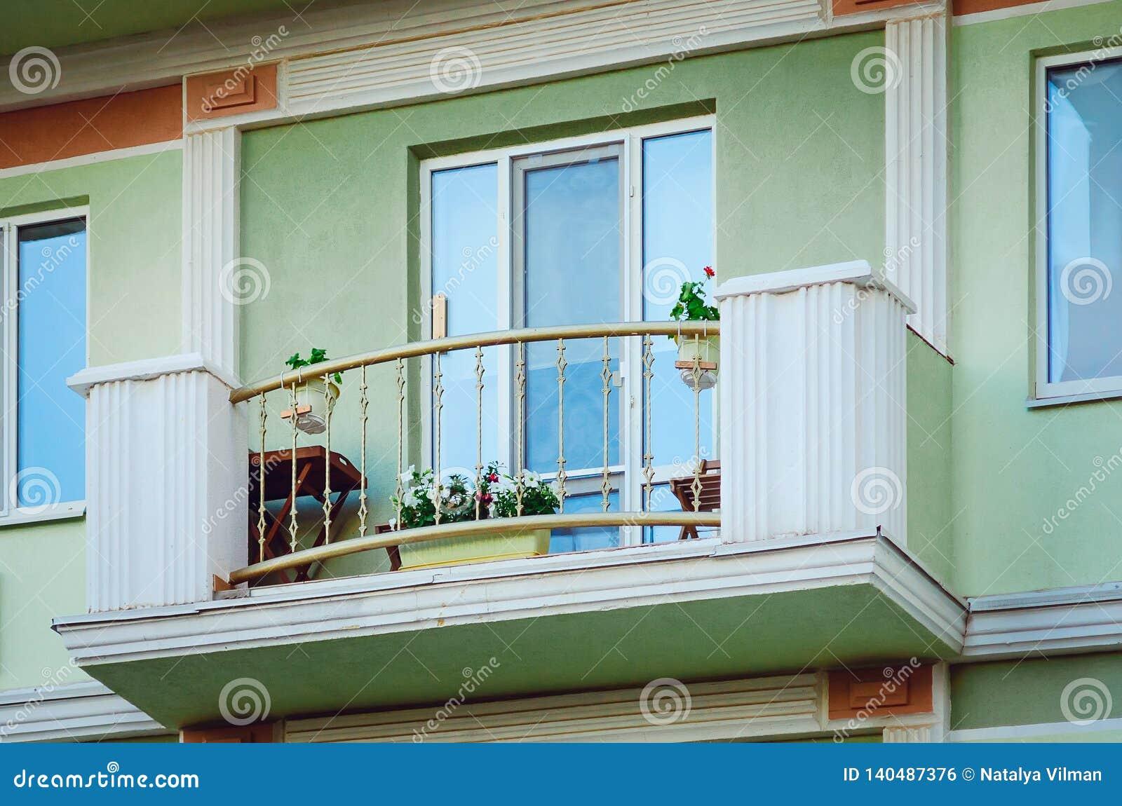 Fragment De La Façade D\'une Maison Moderne Avec Un Balcon ...