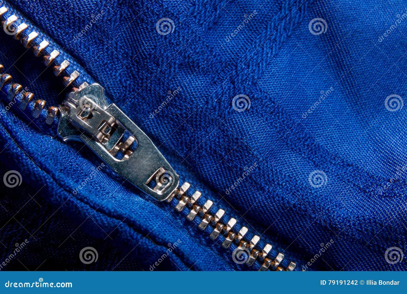 Fragment de veste bleue avec la tirette en métal fond zip-lock Fin vers le haut