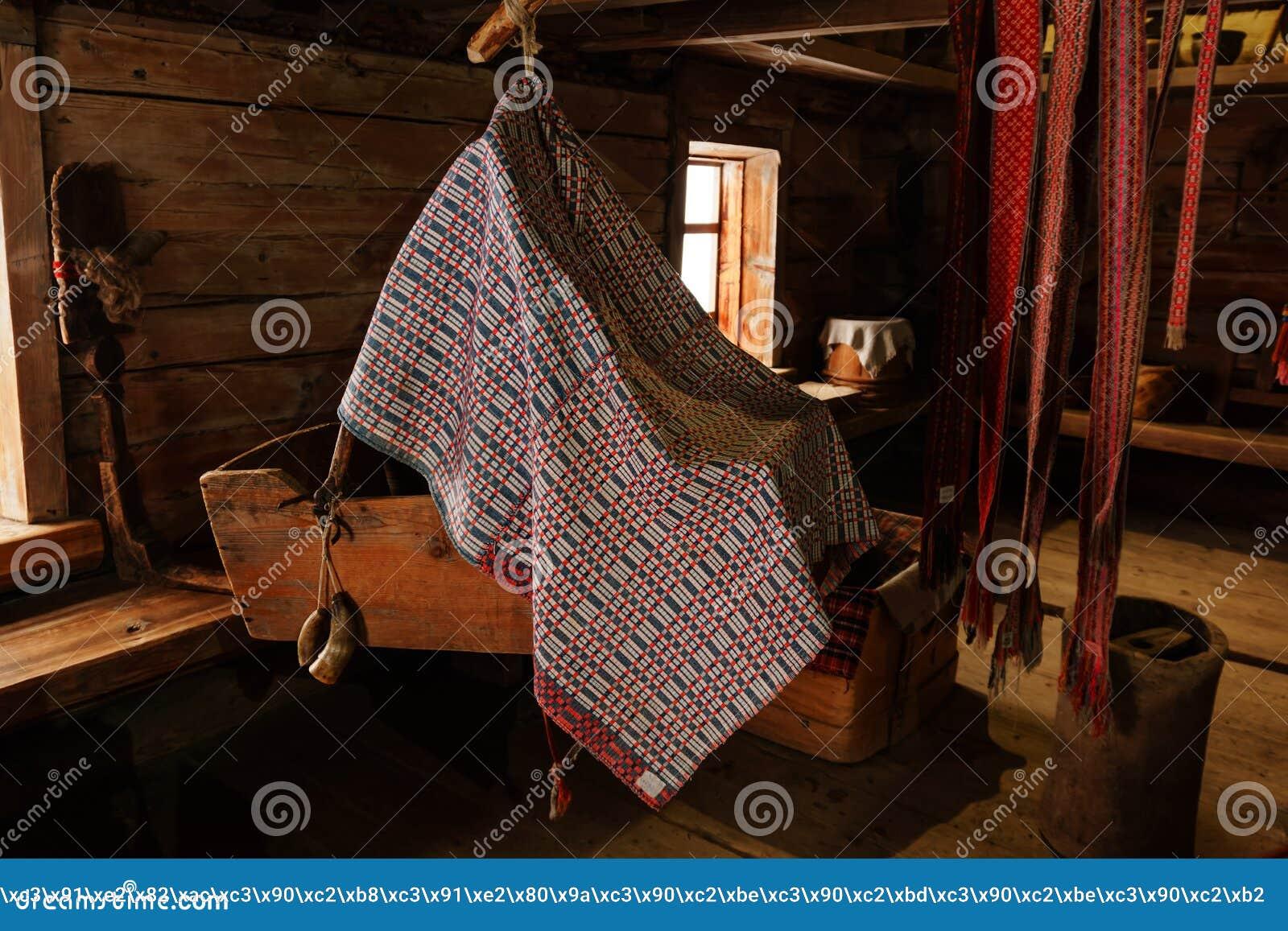 Fragment des Innenraums einer alten ländlichen Hütte