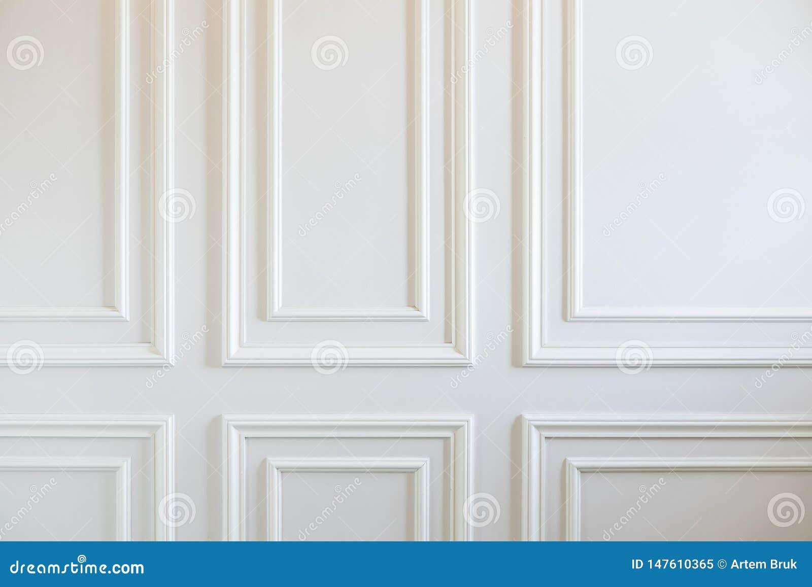 Fragment des murs blancs classiques décorés des bâtis