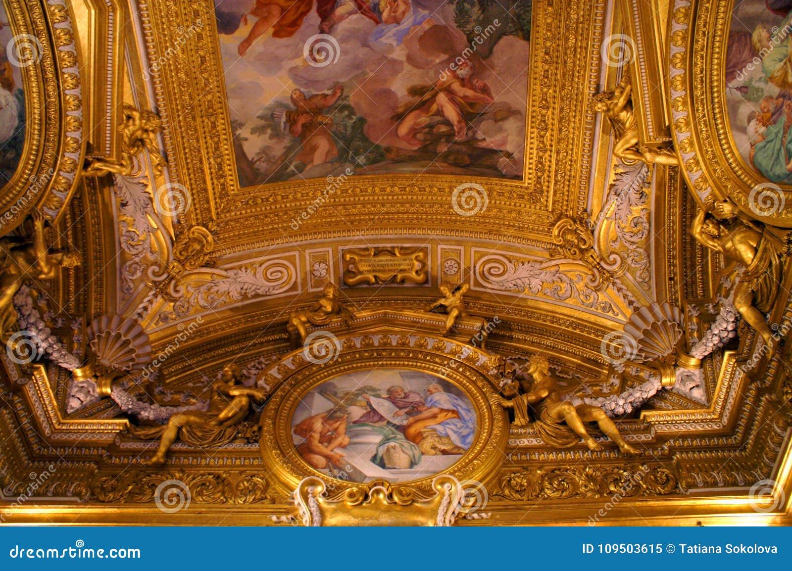 Fragment van het plafond in het Italiaanse paleis in Florence