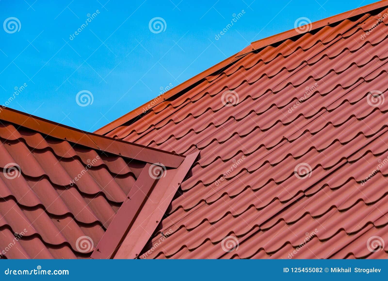 Fragment van het rode dak van de metaaltegel