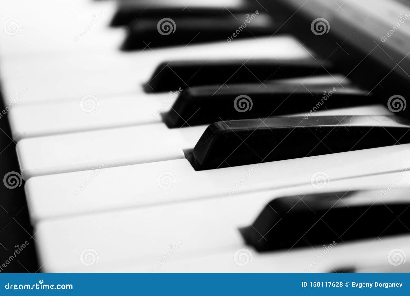 Fragment van pianotoetsenbord in sterk onduidelijk beeld