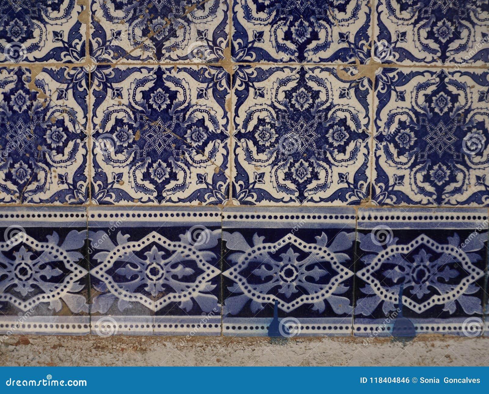 Portugese Tegels Belgie : Fragment van typische portugese keramische tegels stock foto