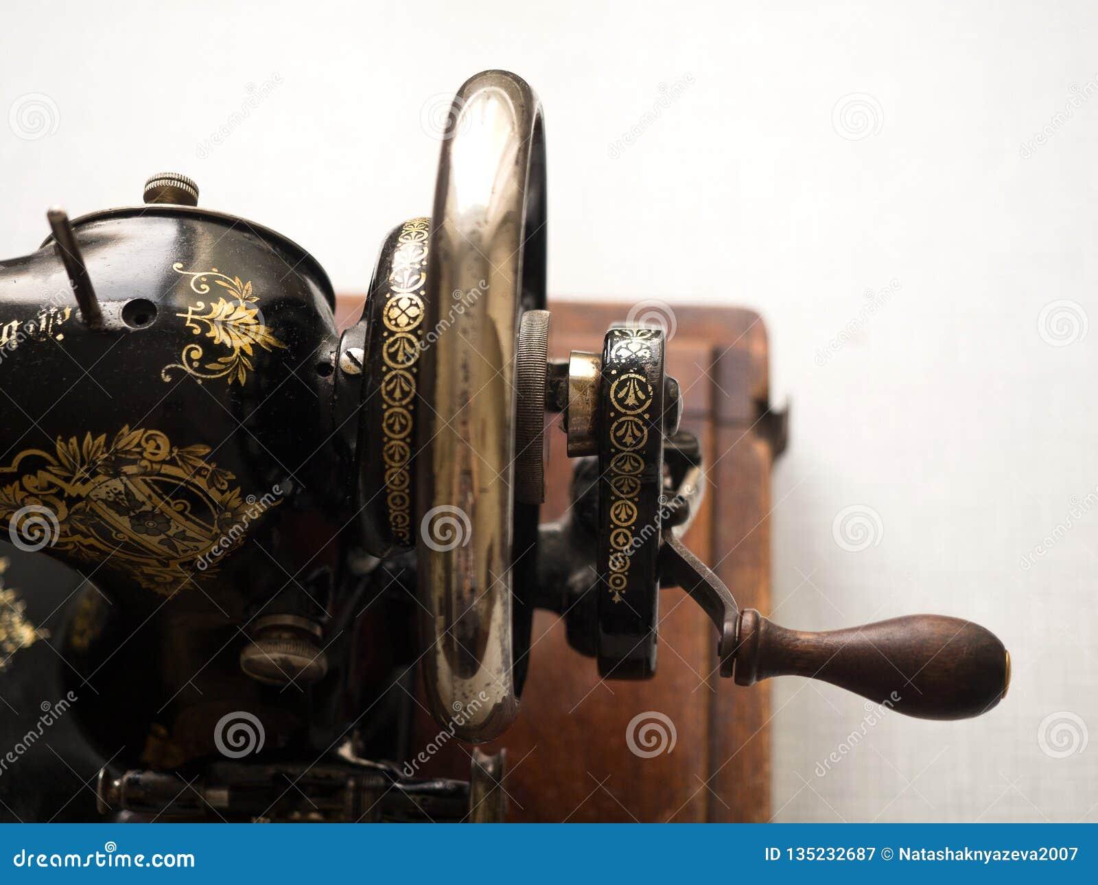 Fragment van ZANGER naaimachine uit de eerste hand, vliegwiel, selectieve nadruk
