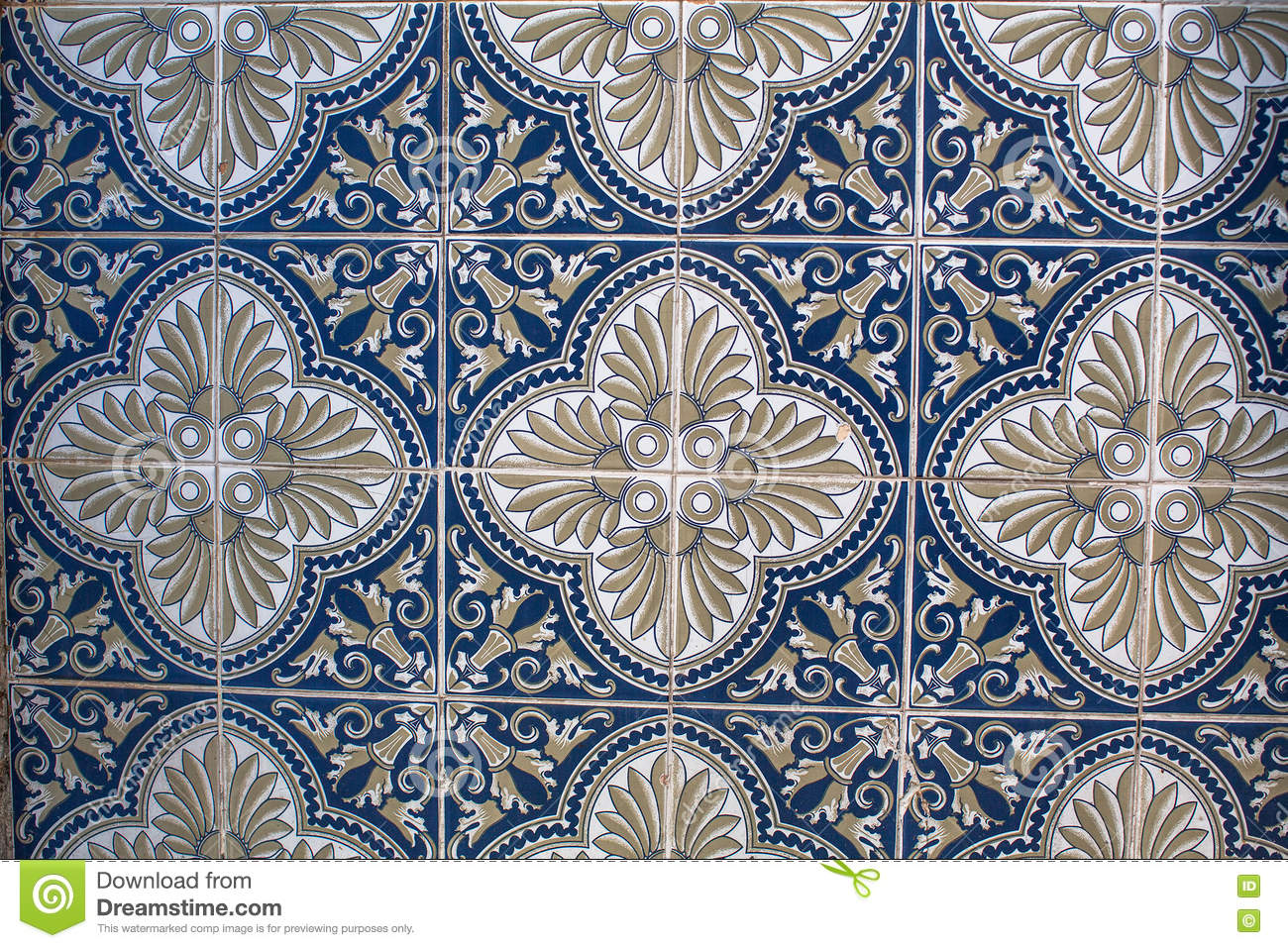 fragment von portugiesischen traditionellen fliesen azulejo mit muster in altem porto stockfoto. Black Bedroom Furniture Sets. Home Design Ideas