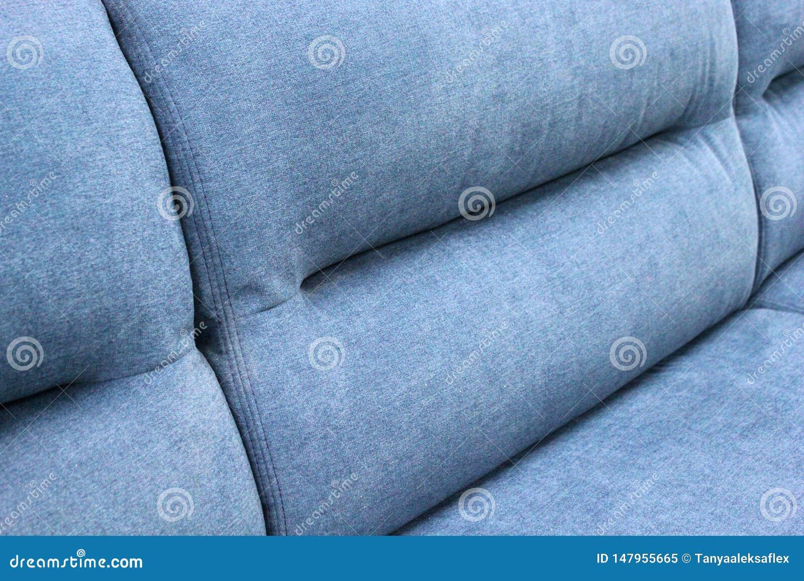 Fragmento de la parte posterior del sofá suave azul