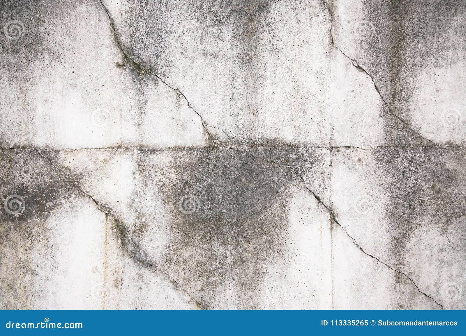 Fragmento de uma cerca concreta cinzenta velha com teste padrão geométrico
