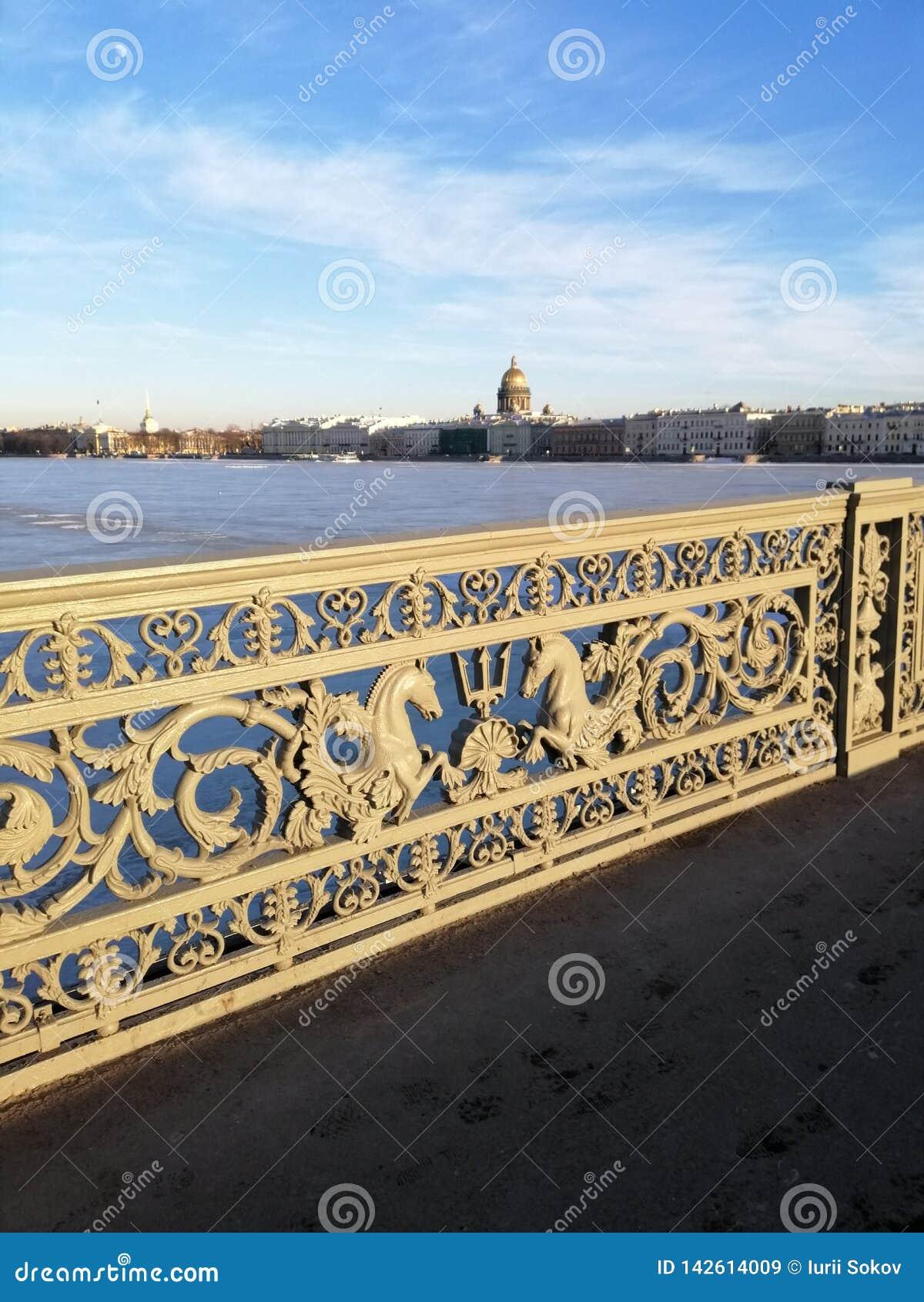 Fragmento de un puente sobre el caballo de río