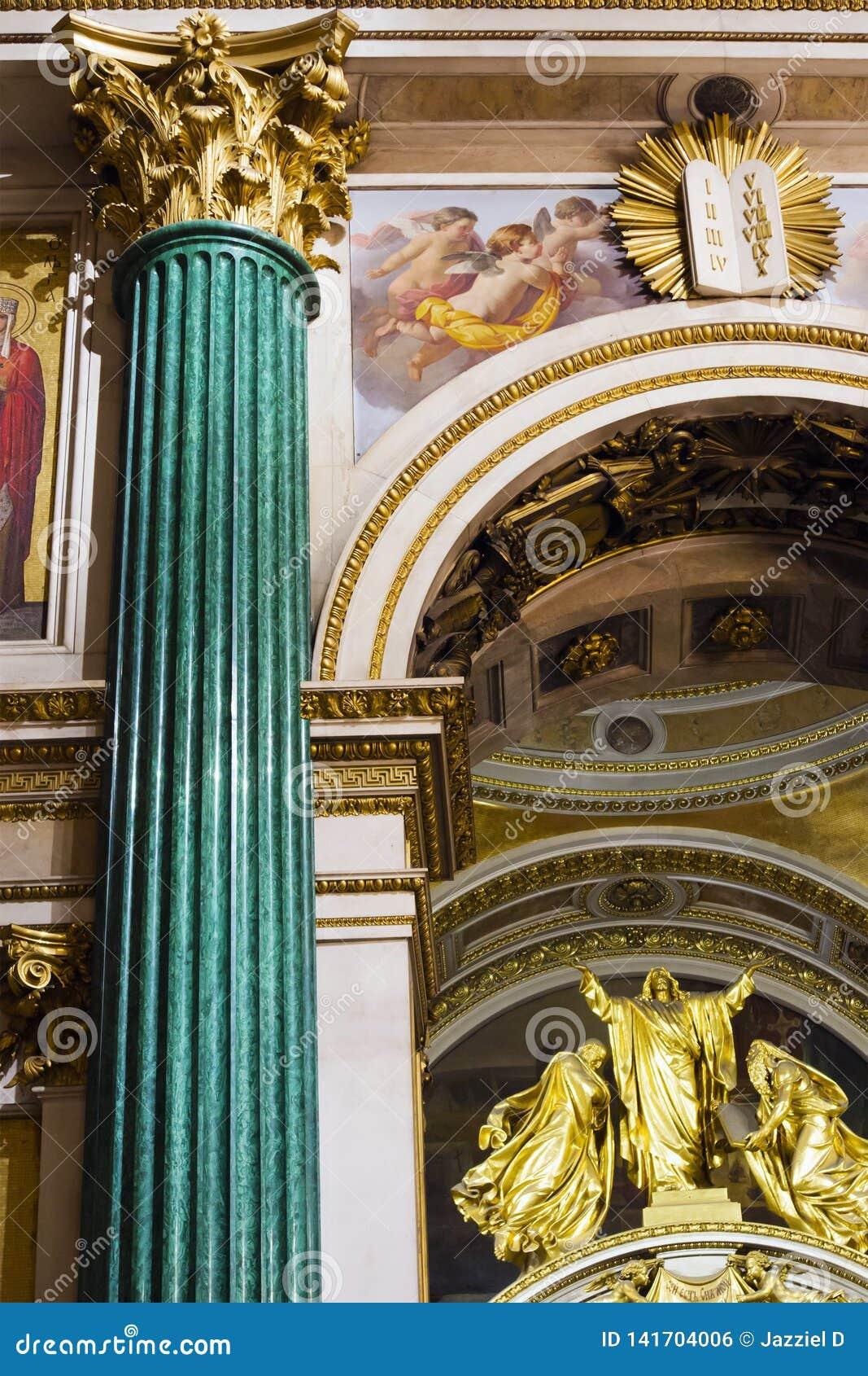 Fragmento del interior adornado rico de la catedral ortodoxa de Isaac antiguo del santo