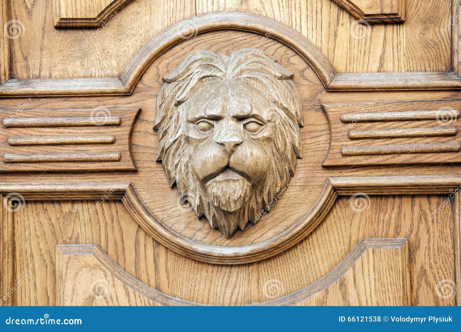 Fragmento Del León De Un Primer Tallado Antiguo De La Puerta Foto de ...