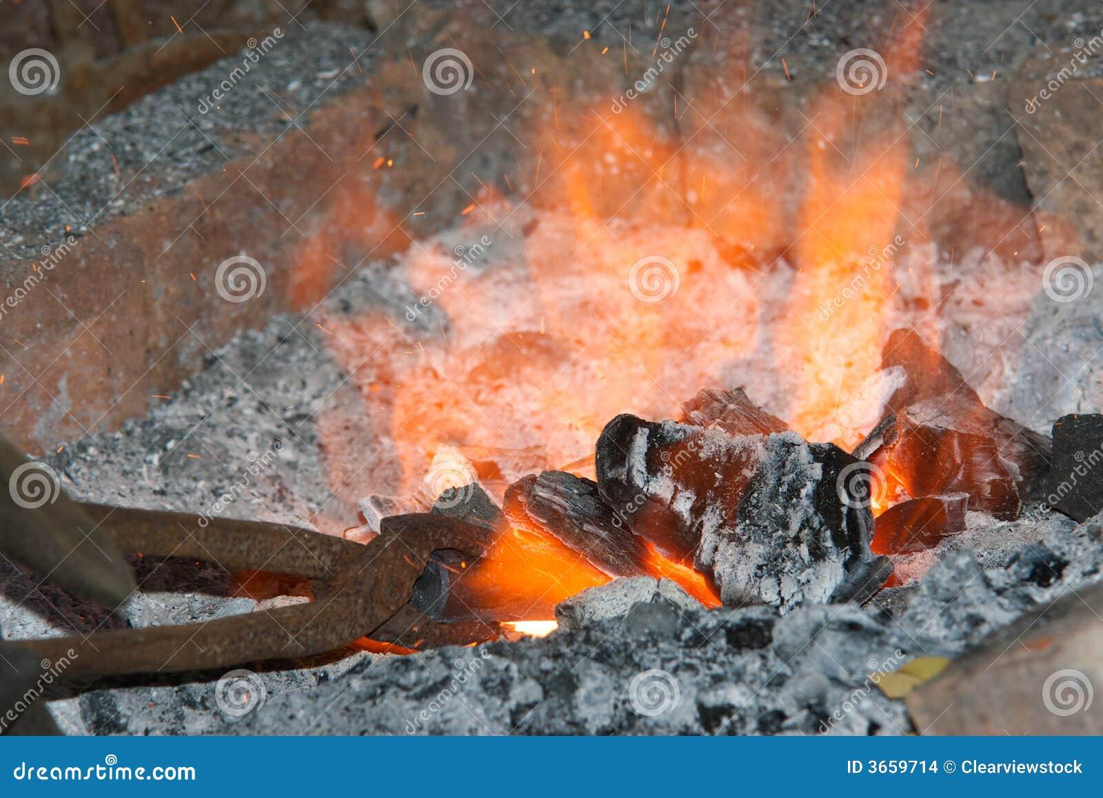 Fragua y fuego calientes