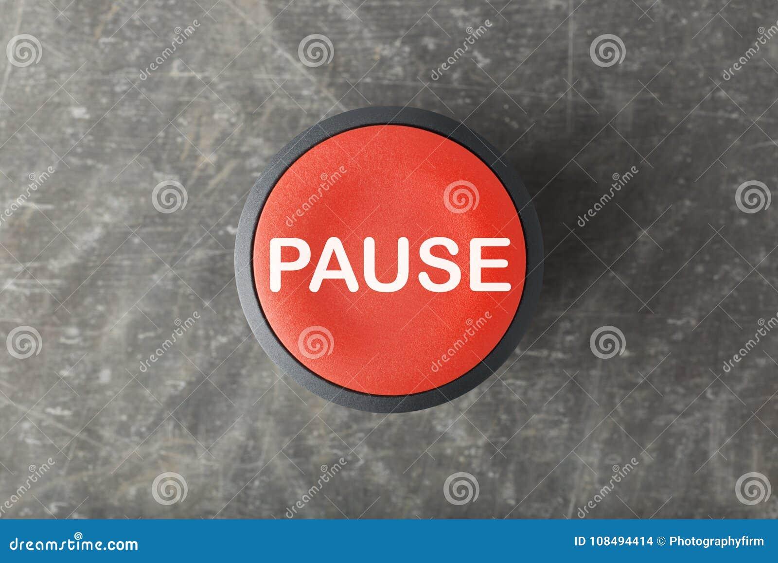 Frais généraux de bouton poussoir rouge de pause sur le fond concret
