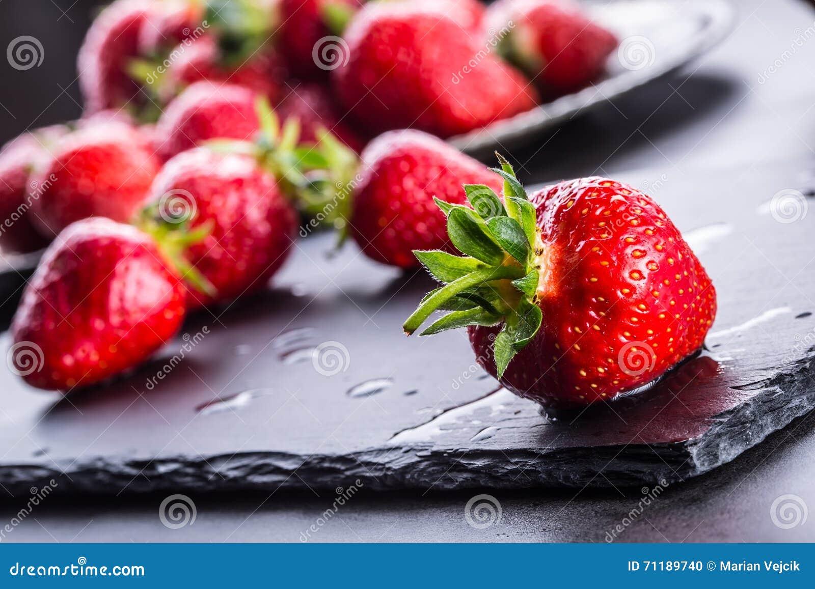 Fraise Fraise fraîche Strewberry rouge Jus de fraise Fraises lâchement étendues dans différentes positions