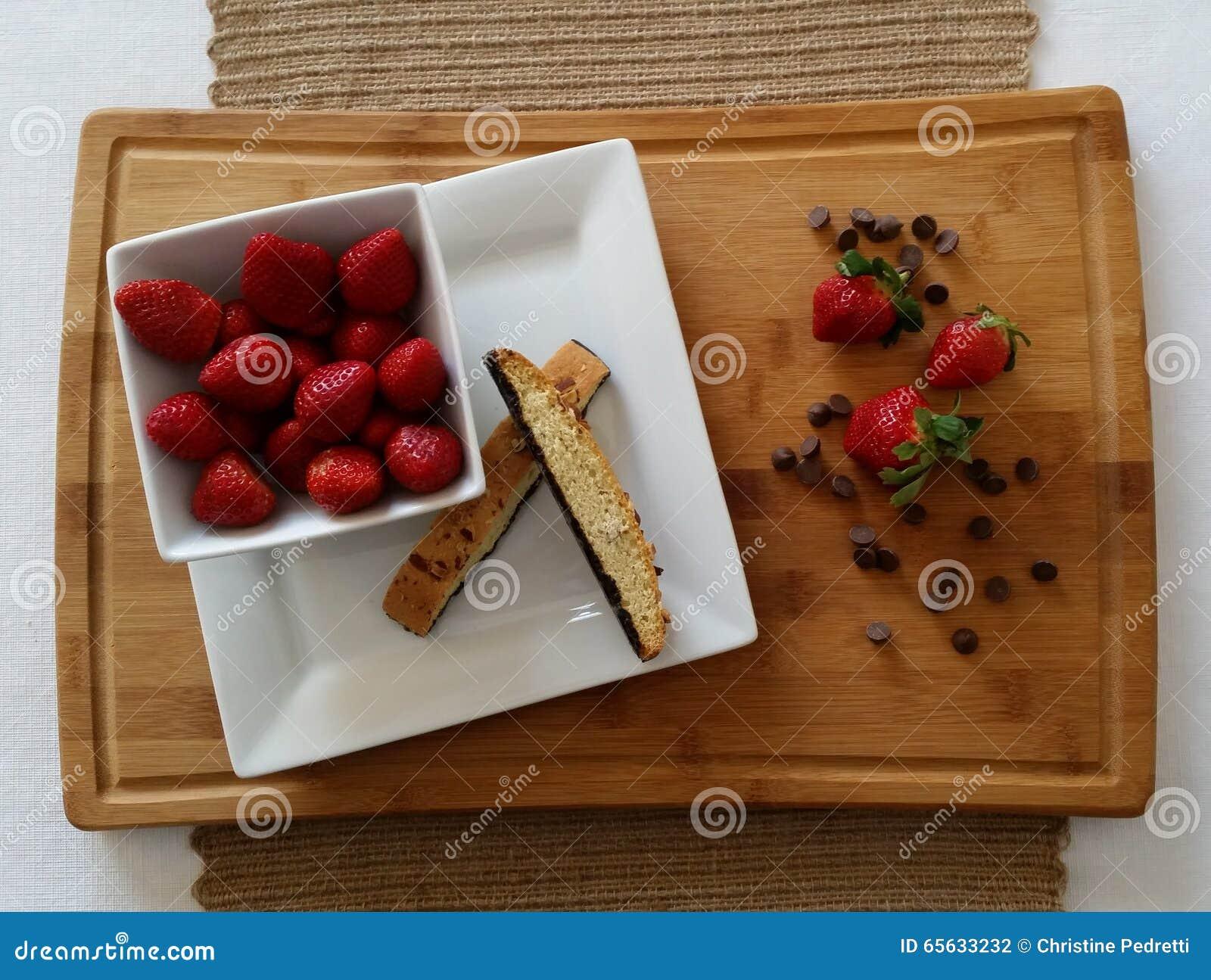 Fraises avec des puces de biscotti et de chocolat