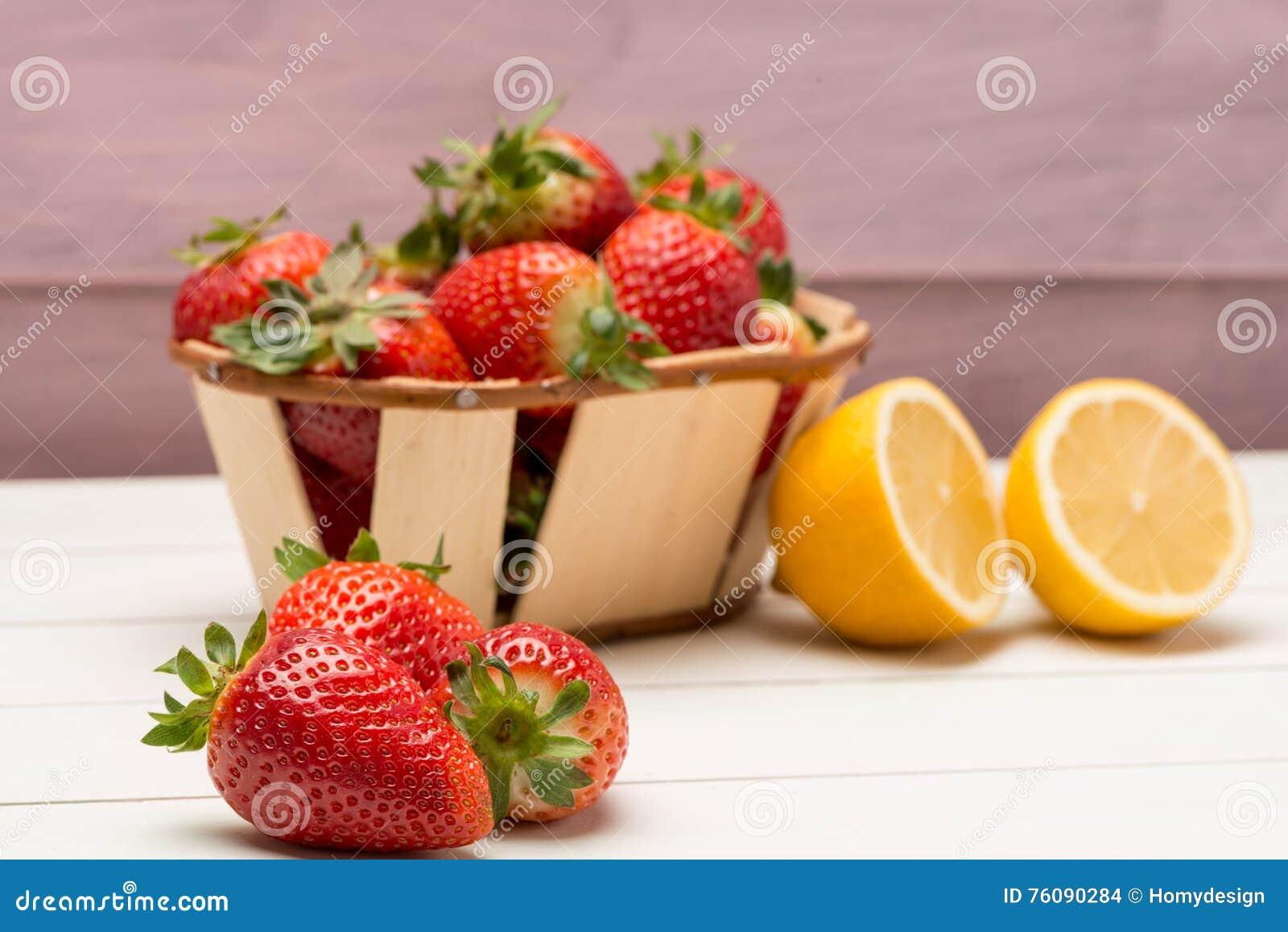 Fraises dans un petits panier et citron
