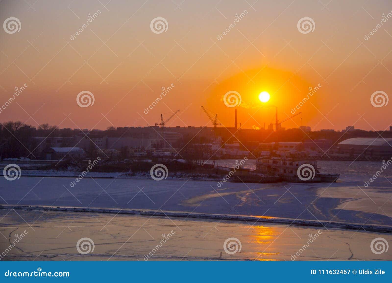 Frakta sändningsbehållare och gasbehållare på skeppsdockorna i den logistiska importexporten och affären Handelport, skepplast so