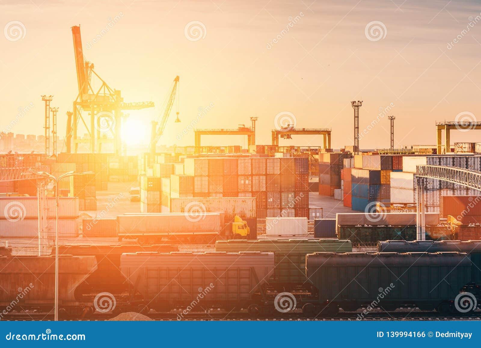 Frakta trans.havsport för import- och exportgods i lastbehållare med kranar, logistisk terminal för industriell affär