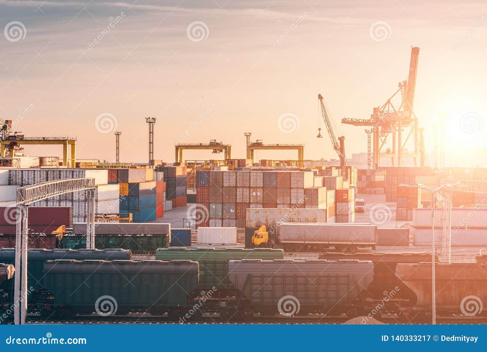 Frakta trans.havsport för import- och exportgods, lastbehållare med kranar, sändnings för industriell affär
