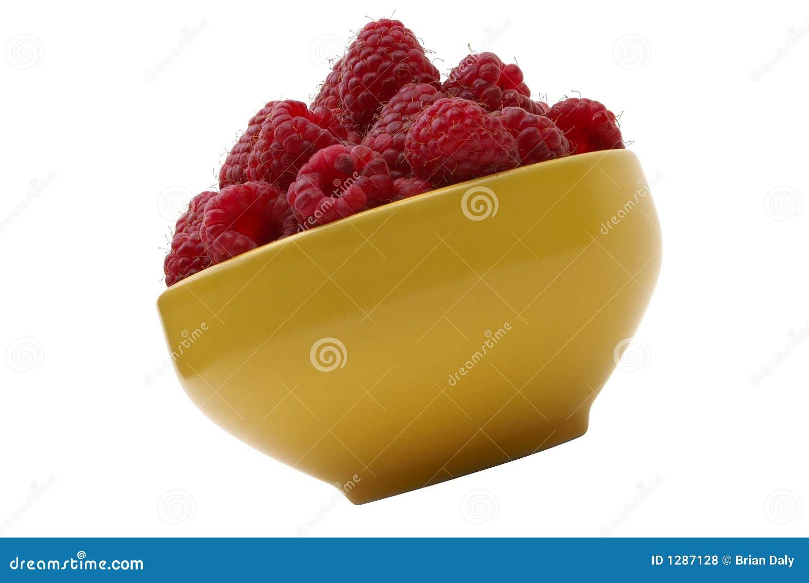 Frambuesas frescas en tazón de fuente amarillo