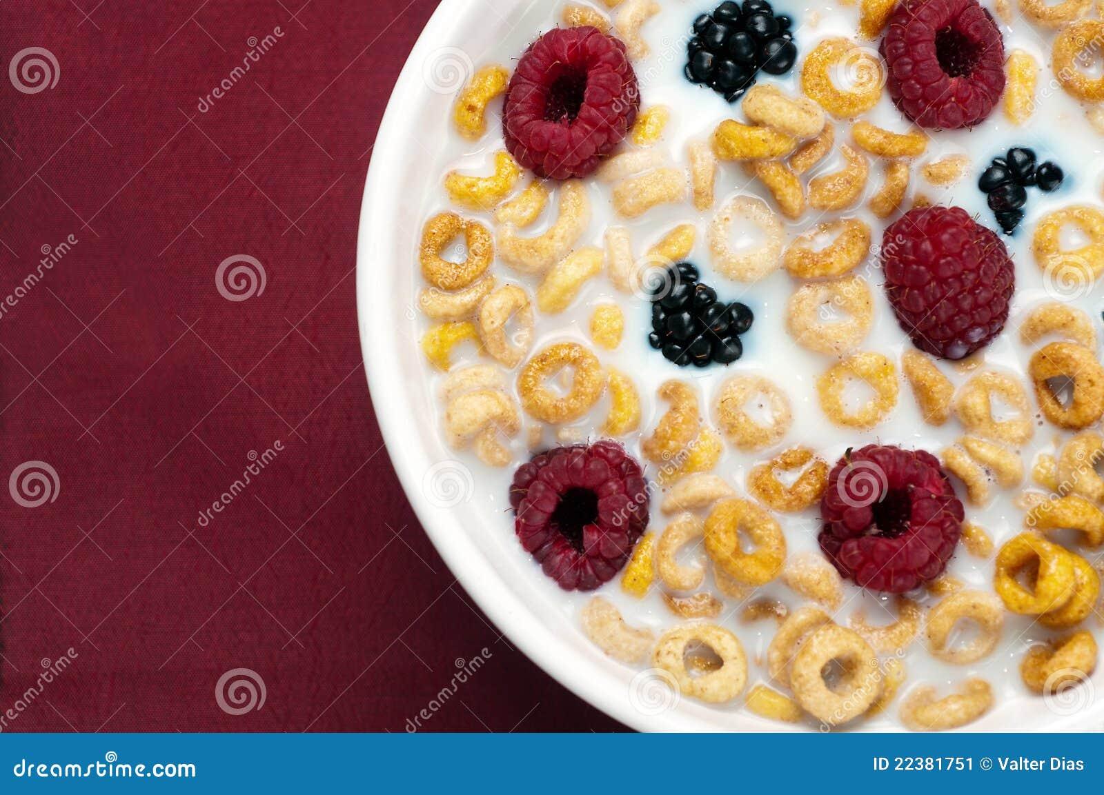 Frambuesas y leche 06 de las zarzamoras de los cereales for Tazon cereales