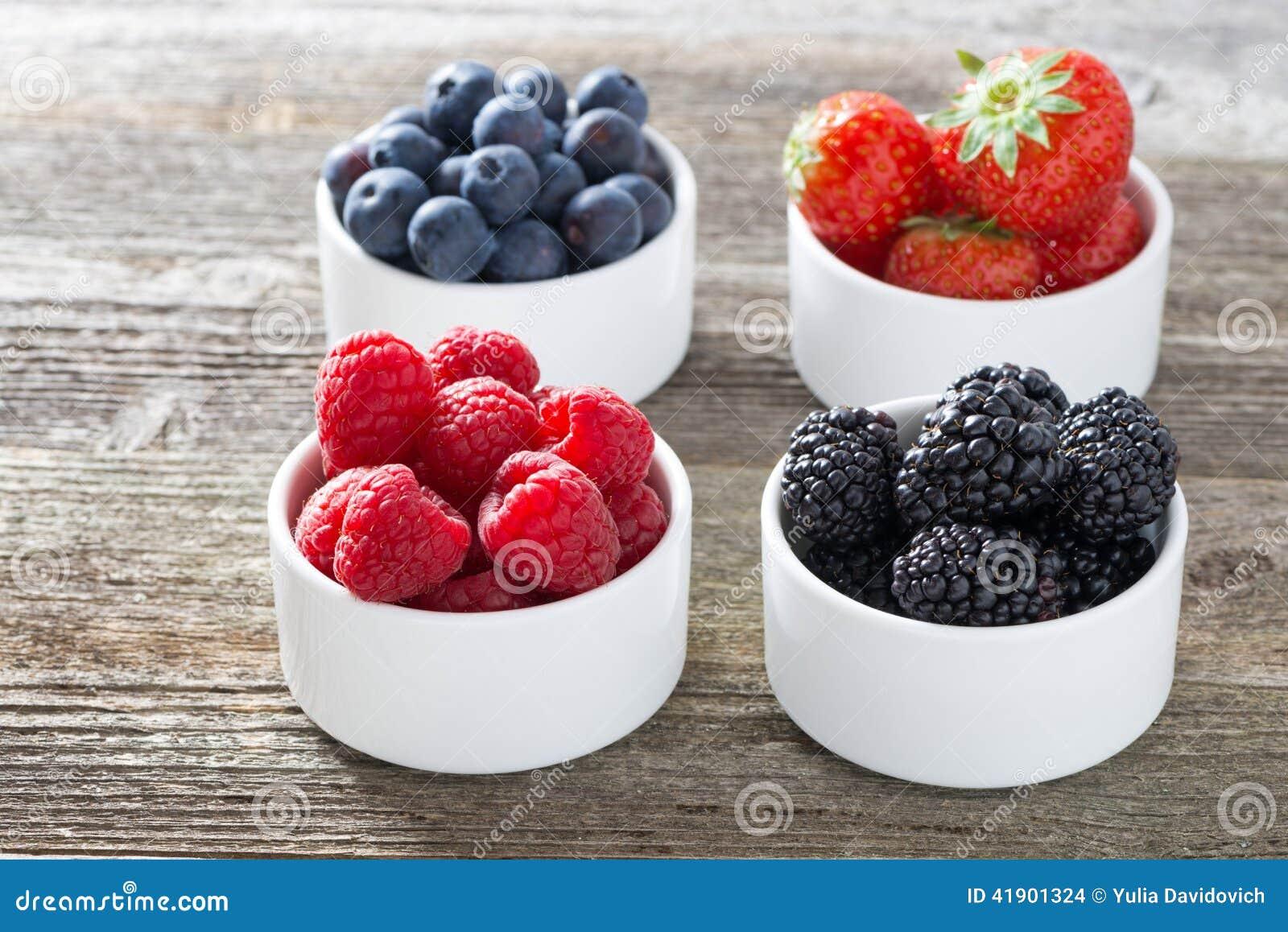 Frambuesas, zarzamoras, fresas y arándanos en cuencos