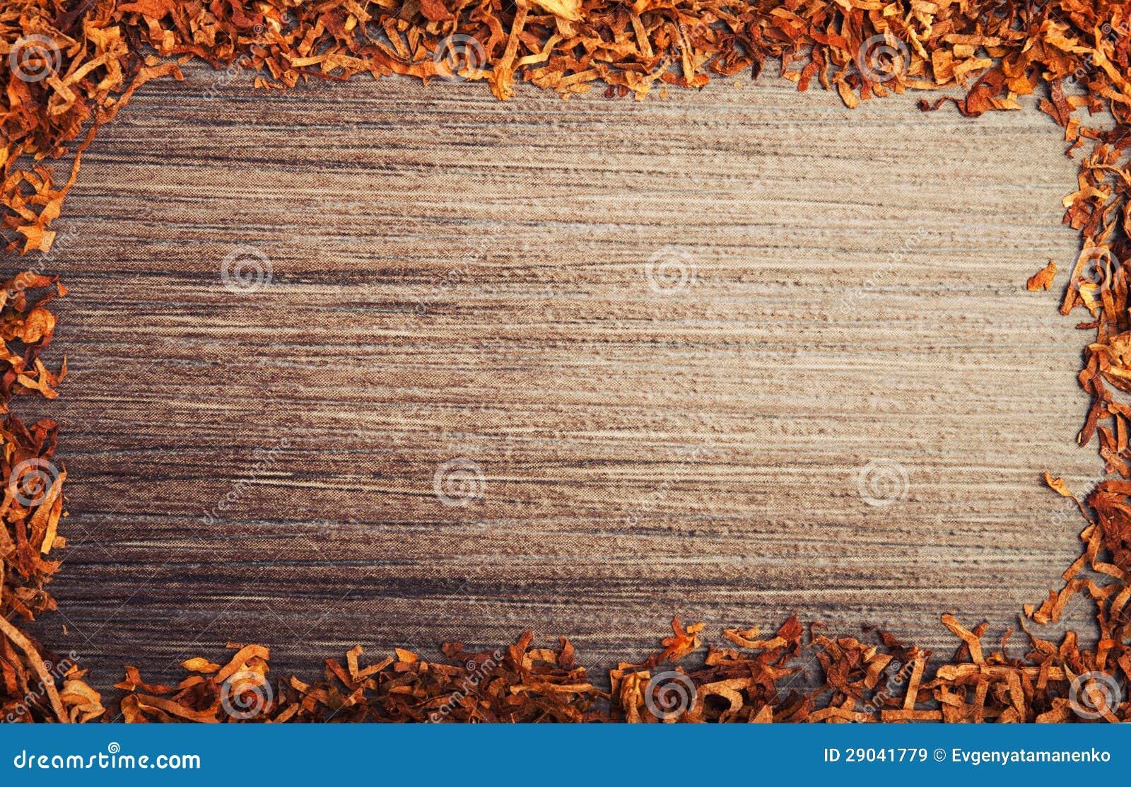 Frame met tabak op houten achtergrond