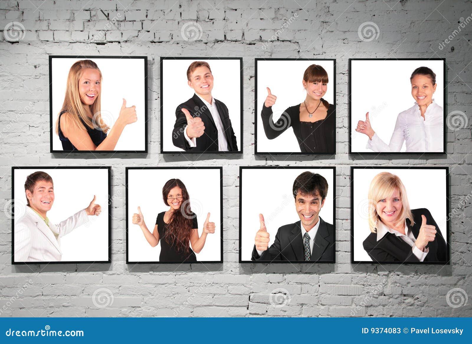 Frames met o.k. gebaarmensen op witte bakstenen muur