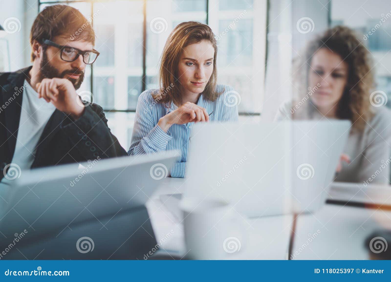 Framför affärsidéen isolerade mötet 3d white Coworkers team arbete med den mobila datoren på det moderna kontoret suddighet bakgr