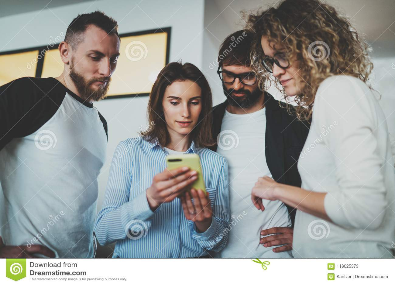 Framför affärsidéen isolerade mötet 3d white Coworkers team arbete med mobila enheter på det moderna kontoret suddighet bakgrund