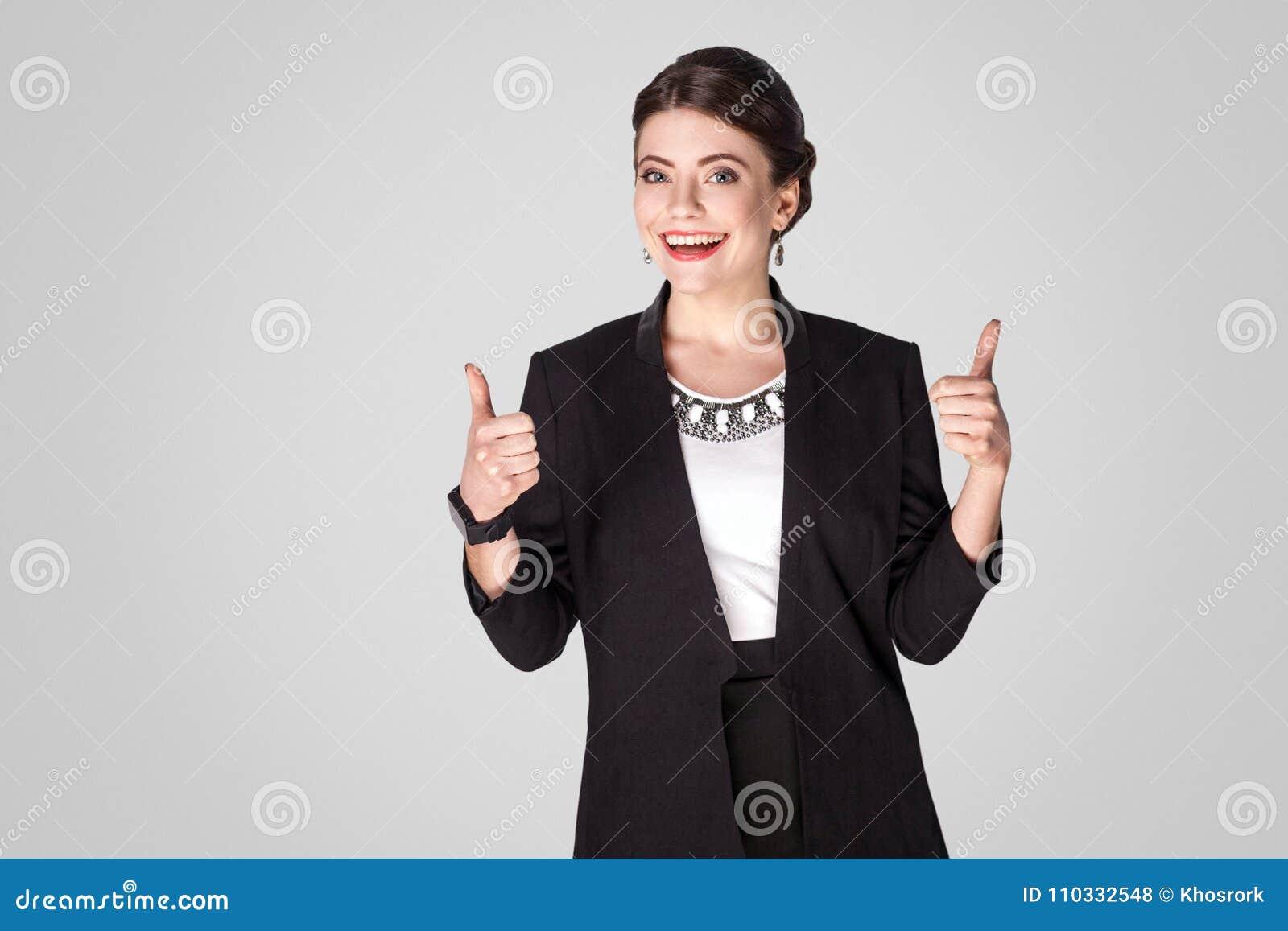 Framgångaffärskvinnavisningen gillar upp tecknet, tummar