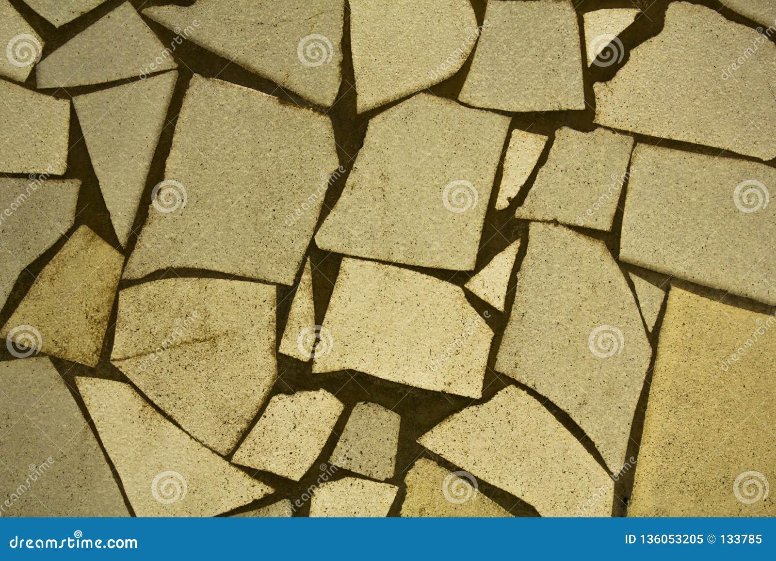Frammenti bianchi sporchi delle piastrelle di ceramica con i punti