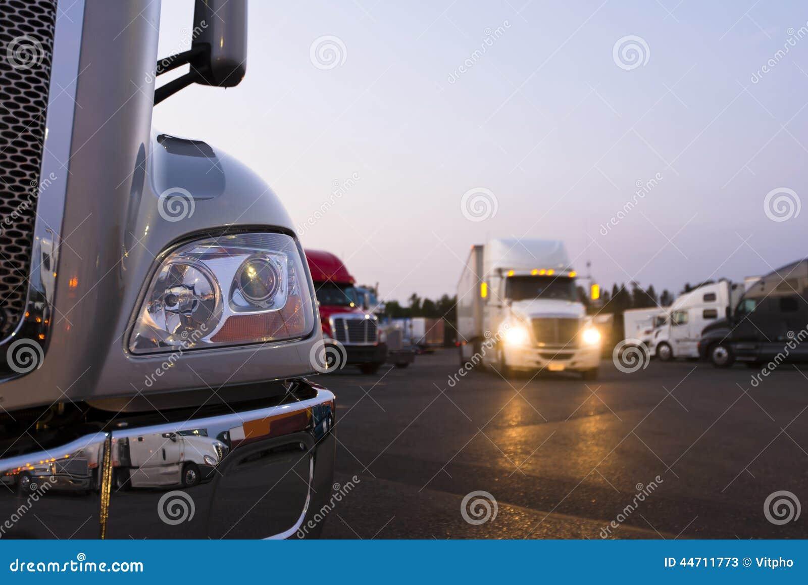 Frammento del camion moderno dei semi sulla fermata di camion con le luci